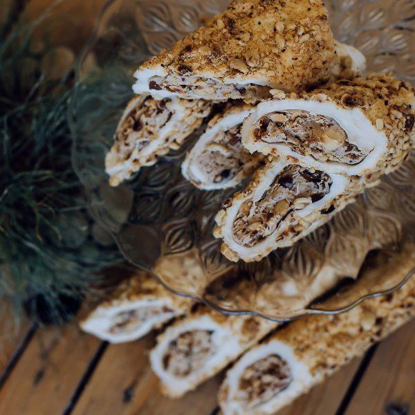 Lazdynų riešutų kremu pripildytas VANILĖS skonio lukumas padengtas lazdyno riešutais (200 gr.)